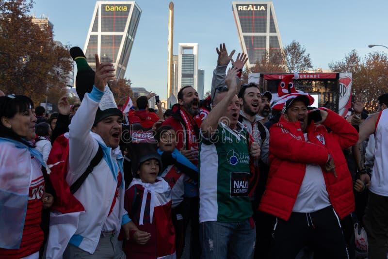 MADRID DECEMBER 09 - River Plate supportrar, innan att skriva in finalen av Copaet Libertadores på den Bernabéu stadion, framme royaltyfria bilder