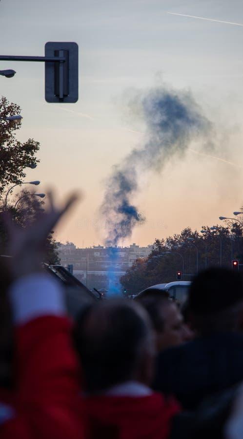 MADRID DECEMBER 09 - supportrar av Boca Juniors kastar signalljus i finalen av Copaet Libertadores på den Bernabéu stadion arkivbilder