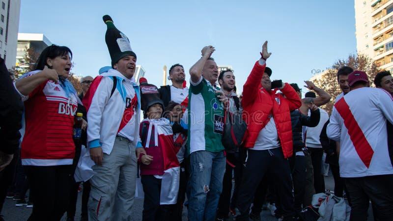 MADRID, DECEMBER 09 - unga och gamla supportrar av River Plate, innan att skriva in finalen av Copaet Libertadores på Bernabéuen royaltyfri fotografi