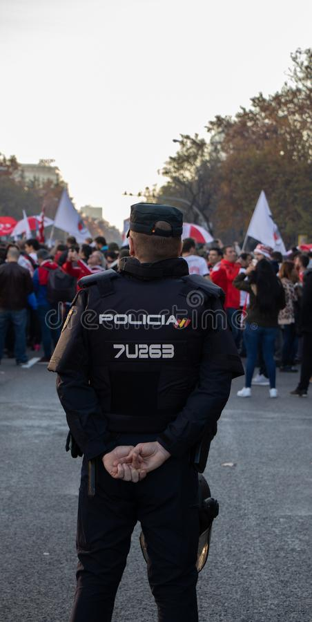 MADRID, EL 9 DE DICIEMBRE - la policía mira los partidarios de River Plate antes de incorporar el final del Copa Libertadores en  imágenes de archivo libres de regalías