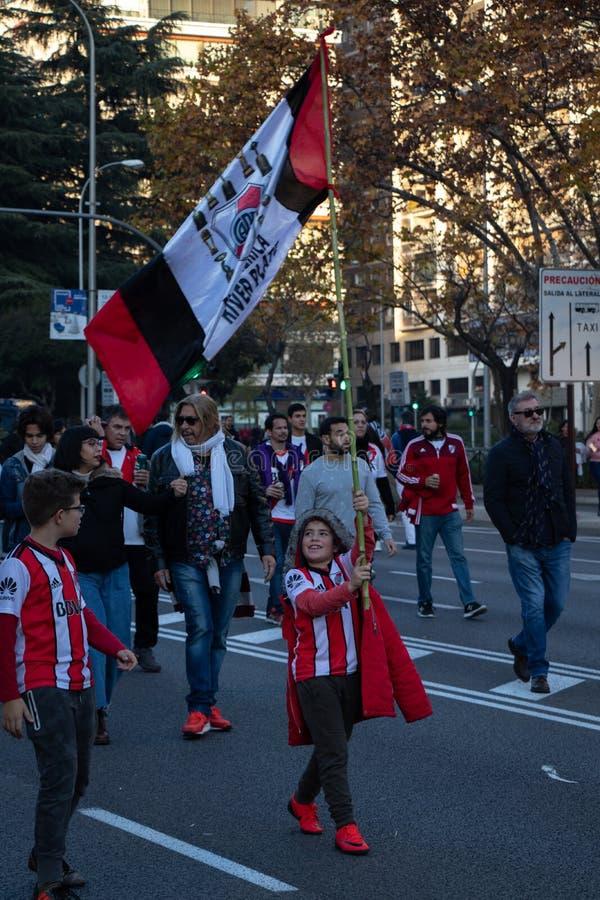 MADRID, EL 9 DE DICIEMBRE - el niño agita la bandera de River Plate en el final del Copa Libertadores en el estadio de Bernabéu fotos de archivo libres de regalías