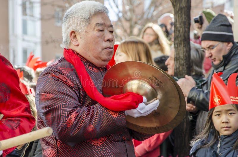 MADRID, ESPAÑA; 01 28 2017: AÑO NUEVO CHINO 2017 PROCESIÓN EN EL DISTRITO DE USERA EN MADRID fotografía de archivo