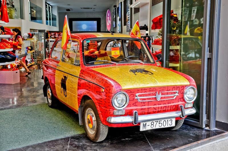 Madrid/España - 07 23 2012: Coche clásico del vintage pintado en bandera española nacional foto de archivo