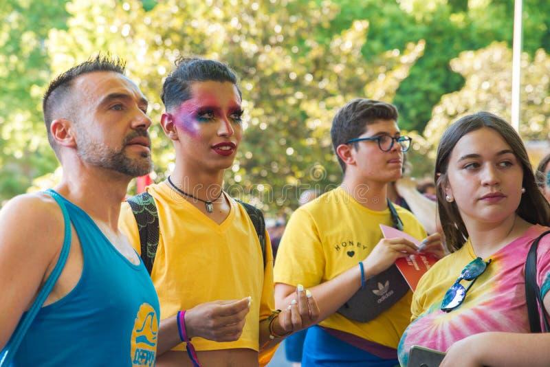 Madrid, España - 7 de julio de 2019 - Gay Pride, gay de Orgullo - gente joven curiosa imagenes de archivo
