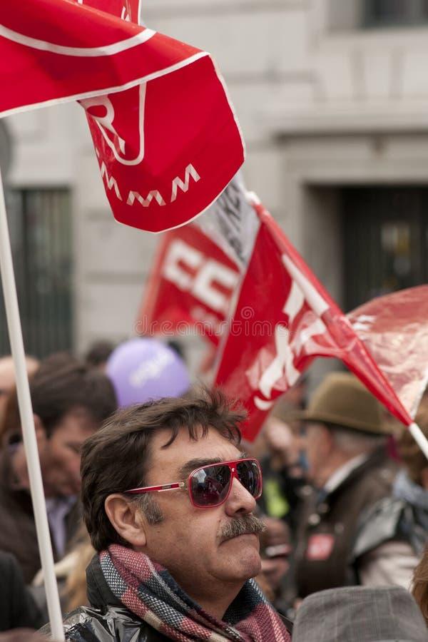 Hombre que sostiene una bandera en la demostración de Madrid imágenes de archivo libres de regalías