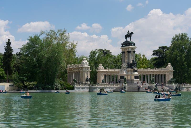 Madrid, España - 13 de mayo de 2018: Gente que toma los barcos en el lago Parque del Buen Retiro fotos de archivo