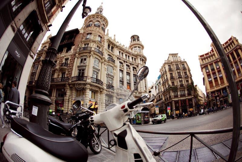 MADRID, ESPAÑA - 3 DE NOVIEMBRE DE 2010: Cuadrado de ciudad y motocicleta parqueada en el fondo de la arquitectura hermosa imagen de archivo libre de regalías