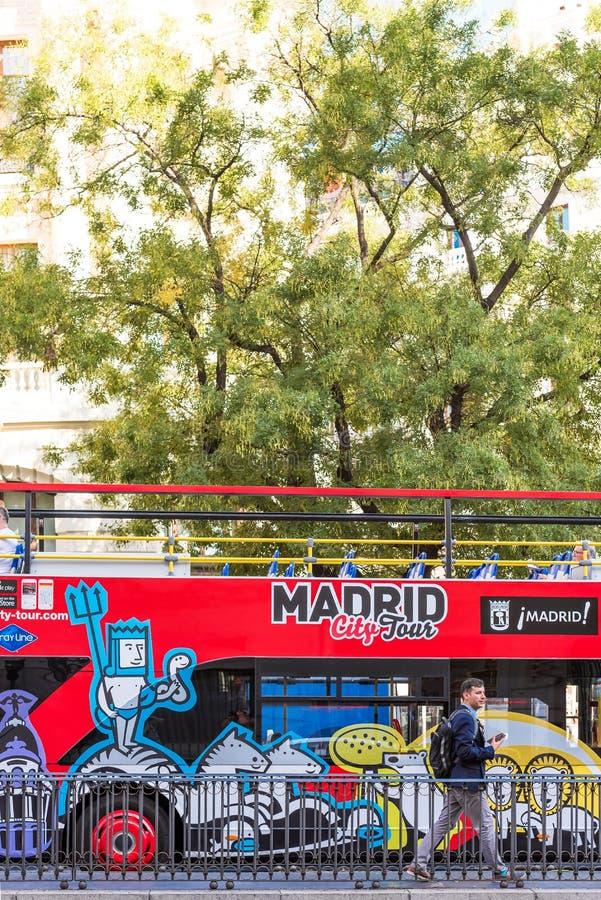 MADRID, ESPAÑA - 26 DE SEPTIEMBRE DE 2017: Autobús turístico del autobús de dos pisos de la excursión Primer vertical imagenes de archivo