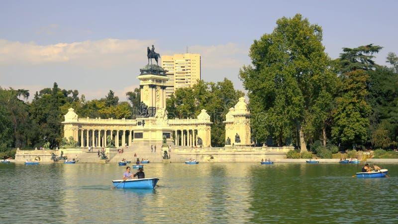 MADRID, ESPAÑA - 30 DE SEPTIEMBRE DE 2018 Charca en Parque del Buen Retiro o el parque de Retiro fotografía de archivo