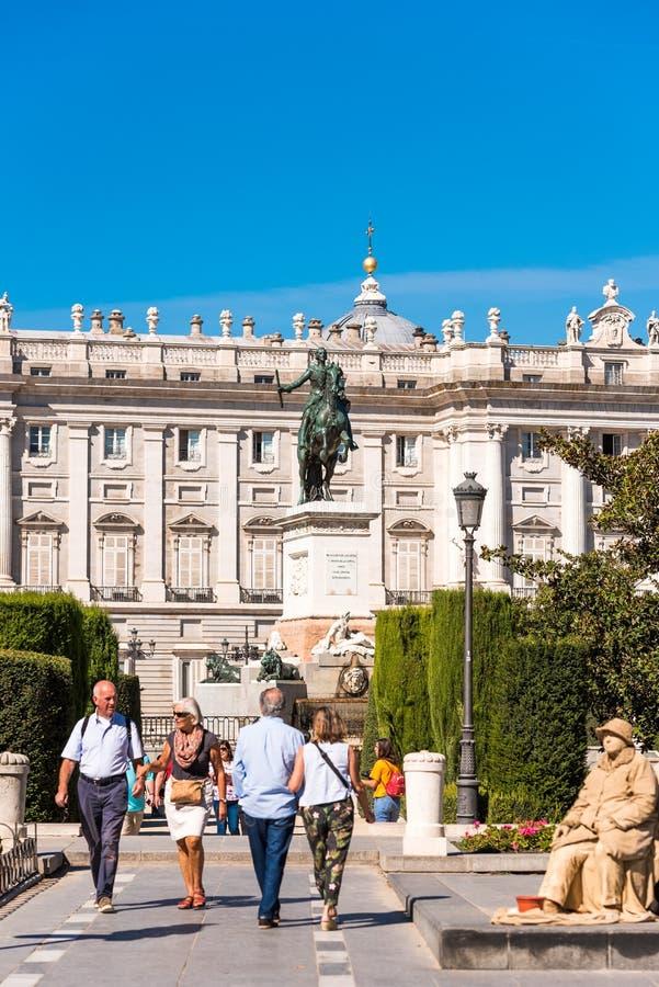 MADRID, ESPAÑA - 26 DE SEPTIEMBRE DE 2017: Escultura del caballo de rey Philip IV en la plaza de Oriente situado entre Royal Pala imágenes de archivo libres de regalías