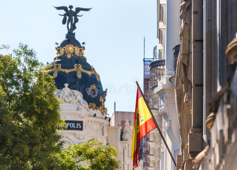 MADRID, ESPAÑA - 26 DE SEPTIEMBRE DE 2017: Vista de la bandera española en el fondo del edificio de la metrópoli fotografía de archivo