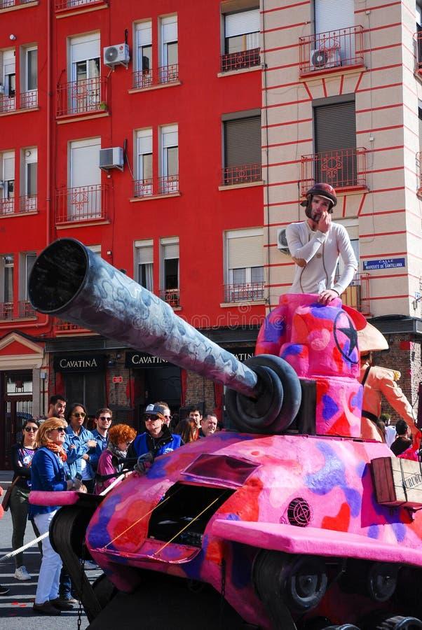 Madrid, España, el 2 de marzo de 2019: Desfile de carnaval, hombre disfrazado que presenta dentro del tanque rosado falso foto de archivo libre de regalías