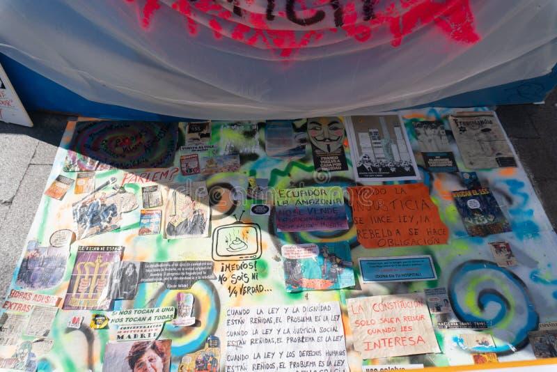Madrid, España - noviembre 11,2017: Carteles políticos de la protesta en Peurta del Sol en Madrid, España imagen de archivo