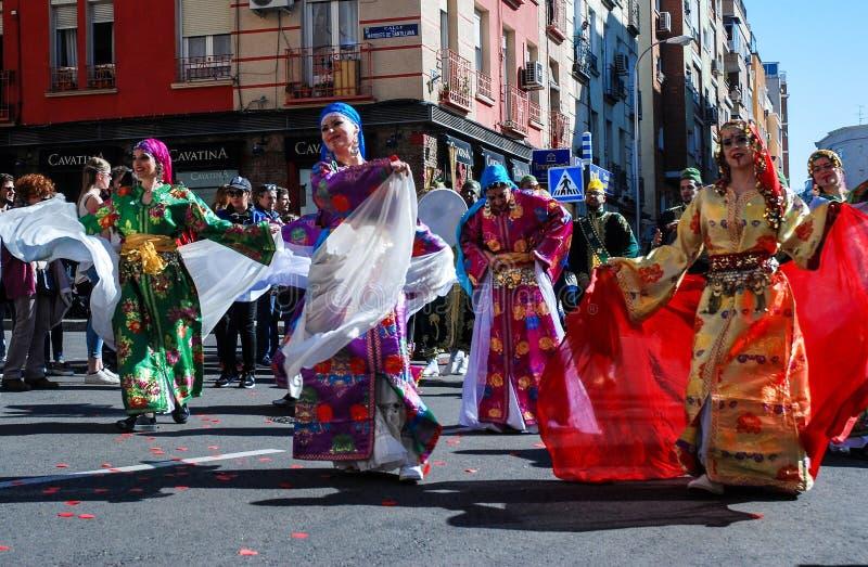 Madrid, Espagne, le 2 mars 2019 : Défilé de carnaval, danseurs arabes d'équipe avec la danse traditionnelle de costume images libres de droits