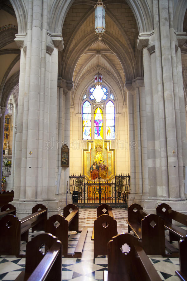 MADRID, ESPAGNE - 28 MAI 2014 : Intérieur de Santa Maria la Real de La Almudena photographie stock