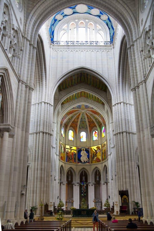 MADRID, ESPAGNE - 28 MAI 2014 : Intérieur de Santa Maria la Real de La Almudena photos libres de droits