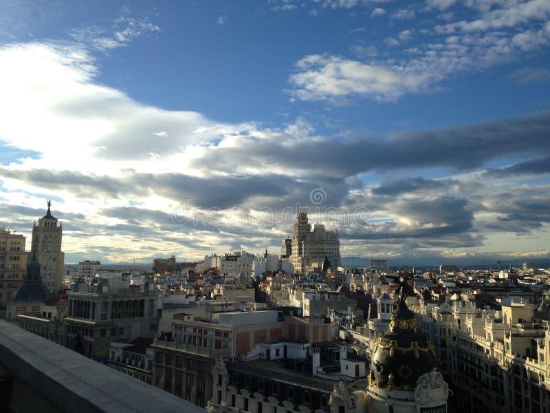 Madrid - foto från en höjd bedöva sikter av taken och himlen med moln royaltyfri bild
