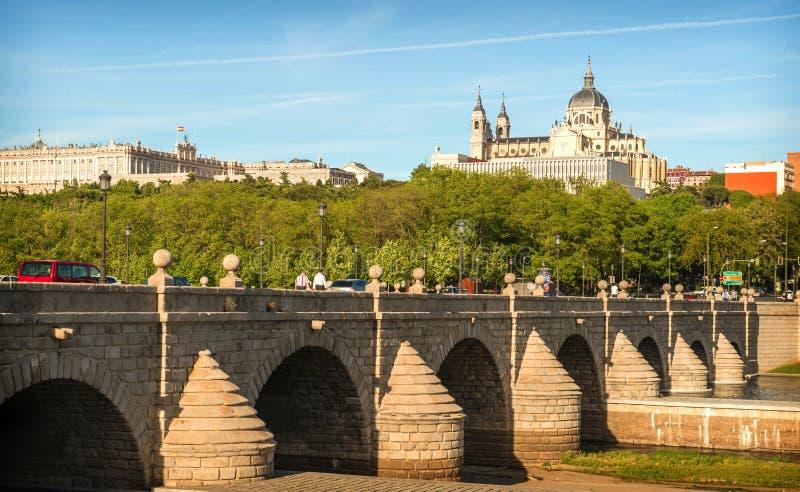 Madrid horisont med den Segovia bron, Almudena Cathedral och ten fotografering för bildbyråer