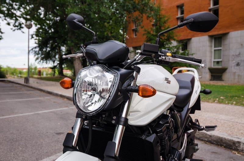 MADRID 7. JULI 2014: Weißes Suzuki Bandit-Motorrad Nahe Ansicht der Front lizenzfreies stockbild