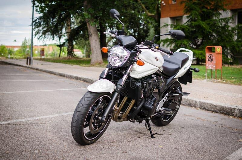 MADRID-JULY 7日2014年:铃木匪盗赤裸摩托车 正面图 免版税图库摄影