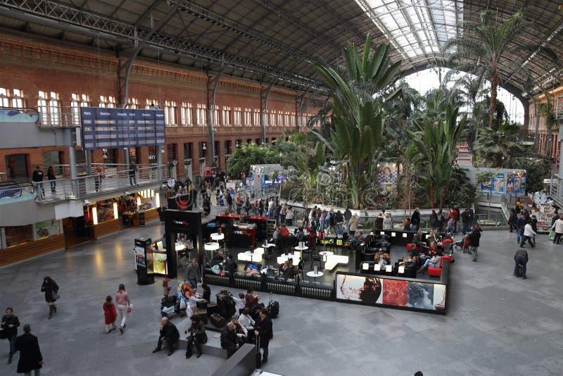 Interno della stazione ferroviaria di atocha a madrid for Jardines de la puerta de atocha