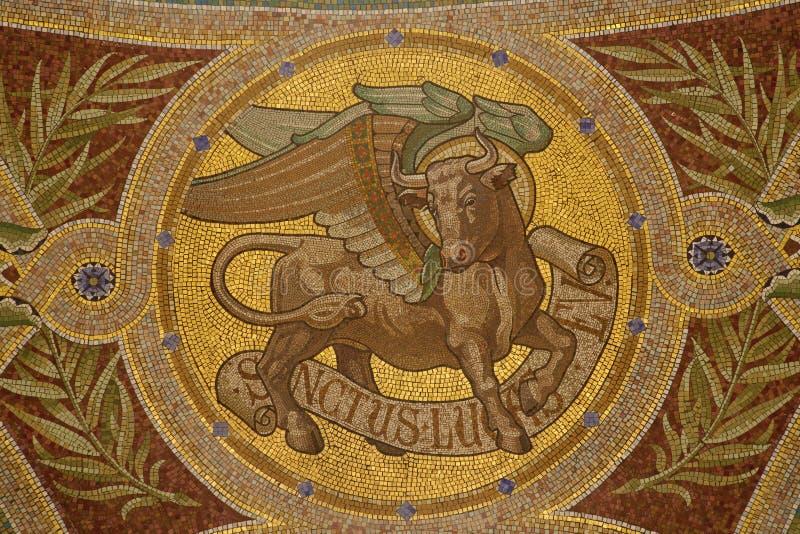 Madrid - mosaïque de taureau comme symbole de saint Luc l'évangéliste en Iglesia de San Manuel y San Benito photographie stock libre de droits
