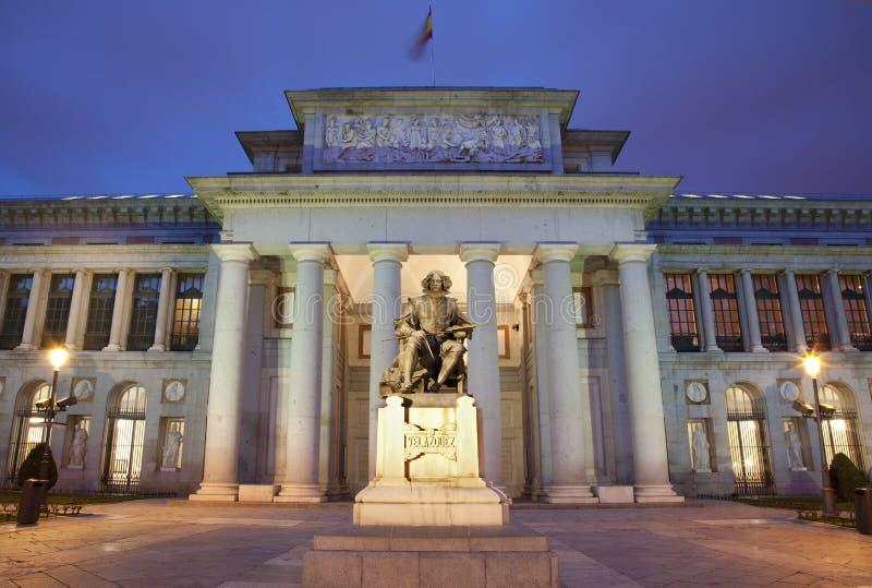 Madrid - Museo Nacional del Prado na noite foto de stock