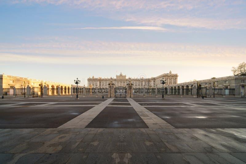 Madrid Royal Palace en un día de verano hermoso en la puesta del sol en Madri fotografía de archivo libre de regalías