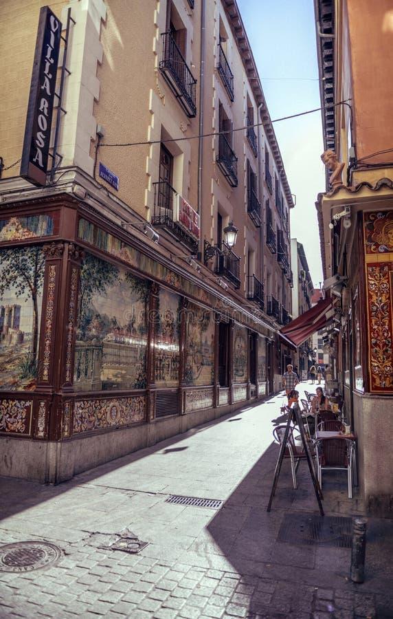 MADRID, SPAGNA - 26 APRILE: Vecchia via stretta con i pochi caffè ad aprile fotografia stock