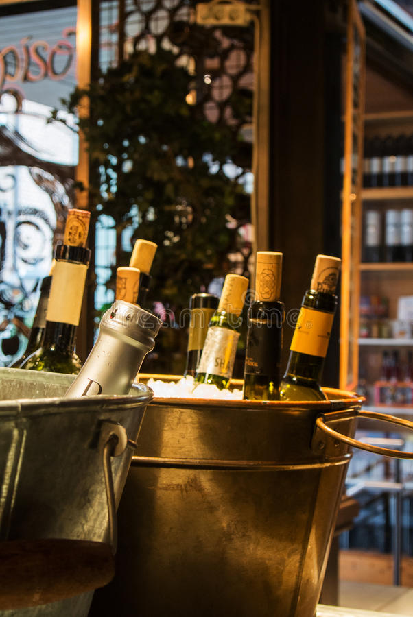 MADRID, SPAGNA - 12 FEBBRAIO 2017: Il vino imbottiglia il ghiaccio al mercato di Madrid San Miguel fotografia stock