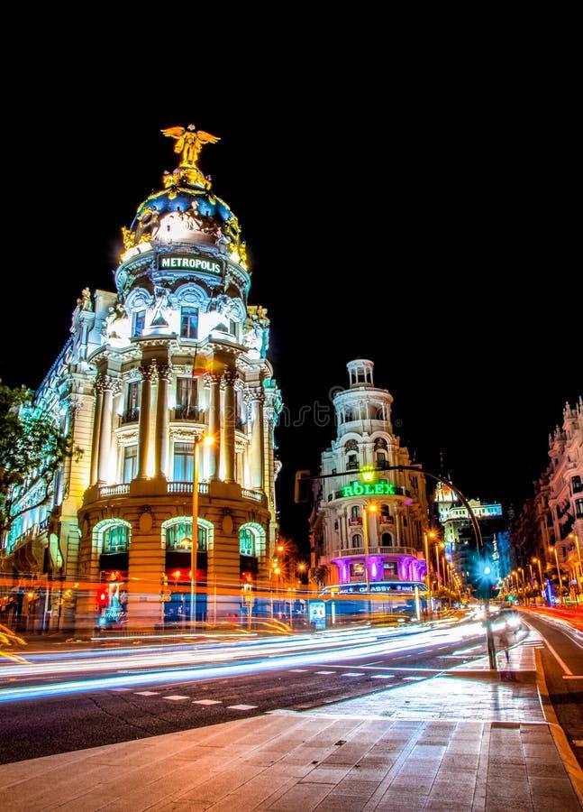 Madrid, Spagna - 3 giugno 2013: Vista di notte della costruzione dell'hotel della metropoli e via grande della via a Madrid immagini stock