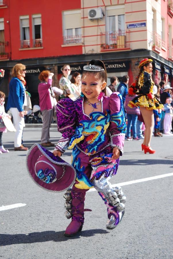 Madrid, Spagna, il 2 marzo 2019: Parata di carnevale, ragazza dal gruppo boliviano di ballo che balla con il costume tipico immagine stock