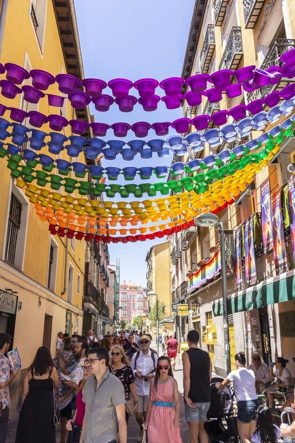 Madrid, Spagna; 6 luglio 2019: Vicinanza di Chueca a Madrid, decorata durante le celebrazioni di giorno di gay pride fotografie stock libere da diritti