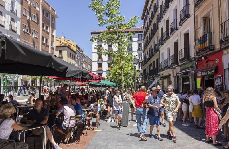 Madrid, Spagna; 6 luglio 2019: Vicinanza di Chueca a Madrid, decorata durante le celebrazioni di giorno di gay pride fotografia stock
