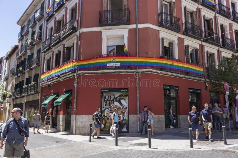 Madrid, Spagna; 6 luglio 2019: Vicinanza di Chueca a Madrid, decorata durante le celebrazioni di giorno di gay pride immagine stock