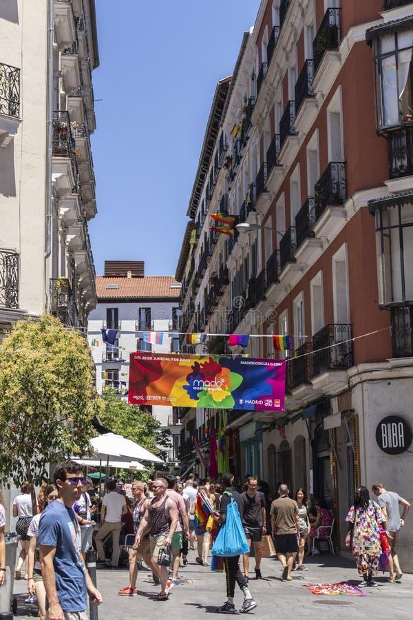 Madrid, Spagna; 6 luglio 2019: Vicinanza di Chueca a Madrid, decorata durante le celebrazioni di giorno di gay pride immagini stock