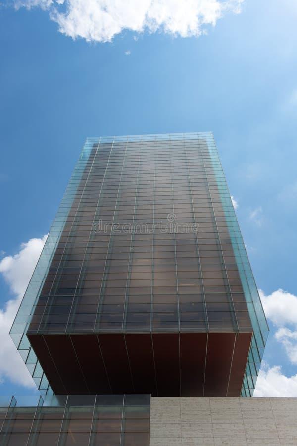 Madrid, Spagna - 21 maggio 2018: Vista frontale del grattacielo di vetro a Madrid immagini stock libere da diritti