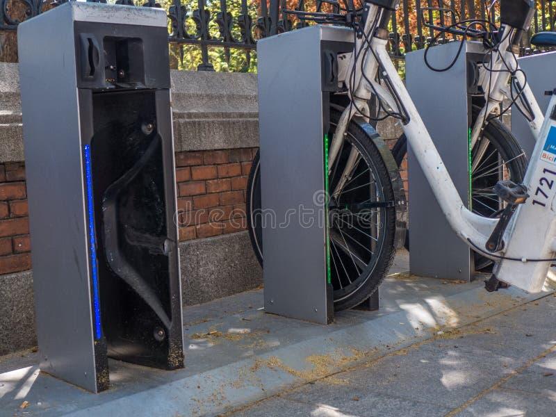 MADRID, SPAGNA - MARZO 2017: Stazione pubblica del sistema di ciclismo vicino al parco del ` di EL Retiro del ` immagini stock libere da diritti