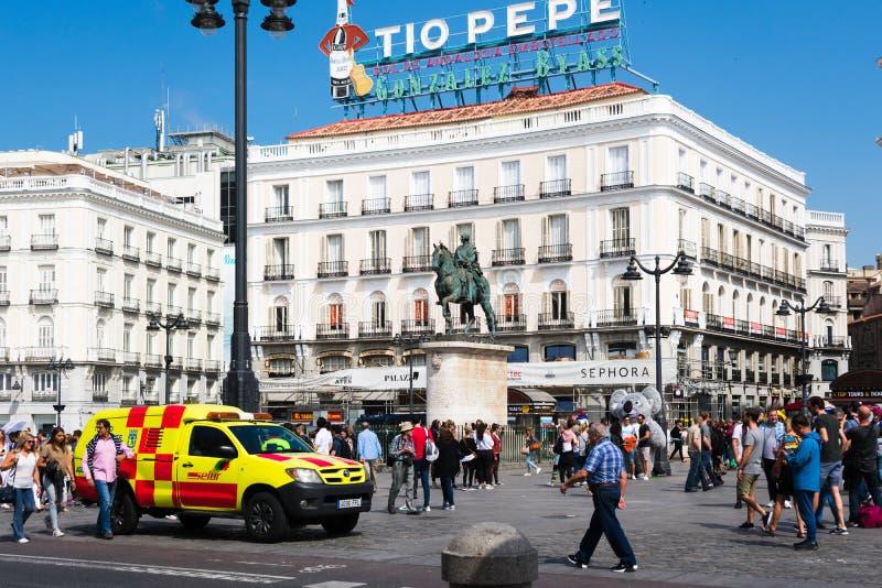Madrid, Spagna - pu? 19 2018: Folla al quadrato di puerta del sol fotografia stock libera da diritti