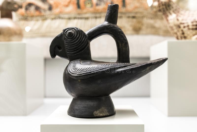 Madrid, Spagna - 8 settembre 2018: Nave scultorea che descrive il pappagallo di a della cultura di Moche, Perù antico Museo delle fotografia stock libera da diritti