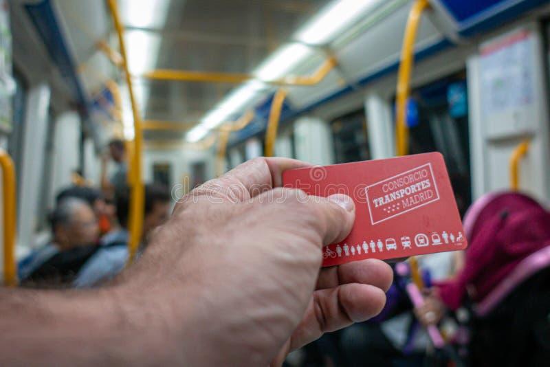 Madrid, Spain Em julho de 2019: Mão com o cartão do transporte público do Madri imagem de stock