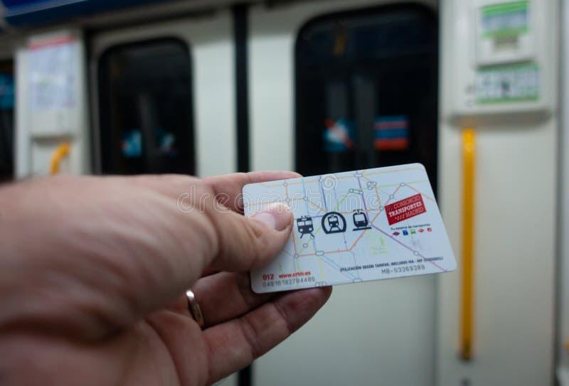 Madrid, Spain Em julho de 2019: Mão com o cartão do transporte público do Madri fotos de stock