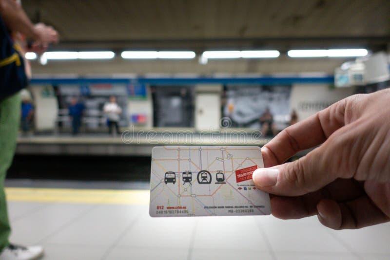 Madrid, Spain Em julho de 2019: Mão com o cartão do transporte público do Madri imagem de stock royalty free