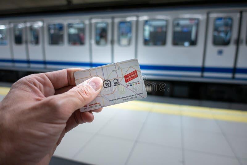 Madrid, Spain Em julho de 2019: Mão com o cartão do transporte público do Madri imagens de stock royalty free