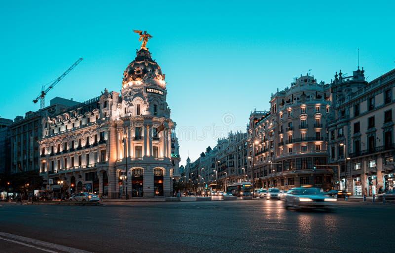 madrid spain Juni 2019: Centrala madrid på korsningen Alcala och Gran Via gata i Madrid vid skymning royaltyfri foto