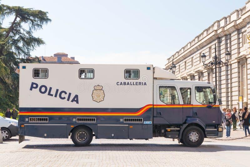 """Madrid/Spanien †""""03 03 2019: Polisbil nära den kungliga slotten i Madrid Spanien royaltyfria foton"""