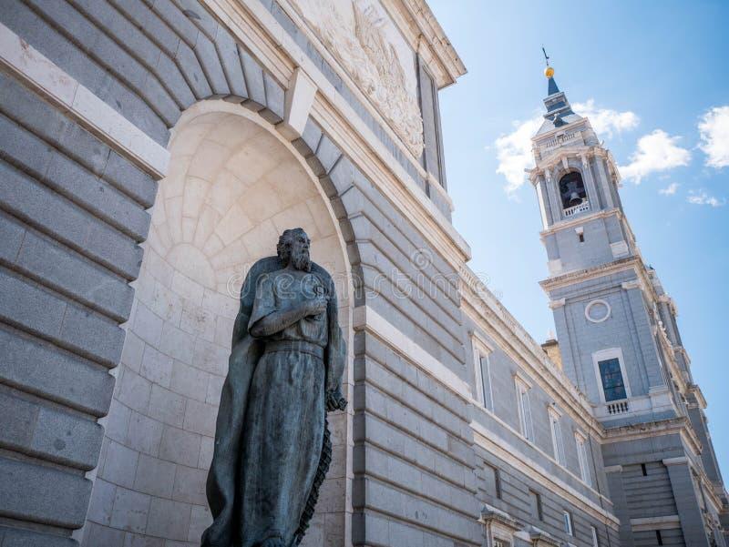 Madrid Spanien - April 12, 2019: Sikt av berömda Almudena Cathedral i i stadens centrum Madrid, Spanien arkivbild