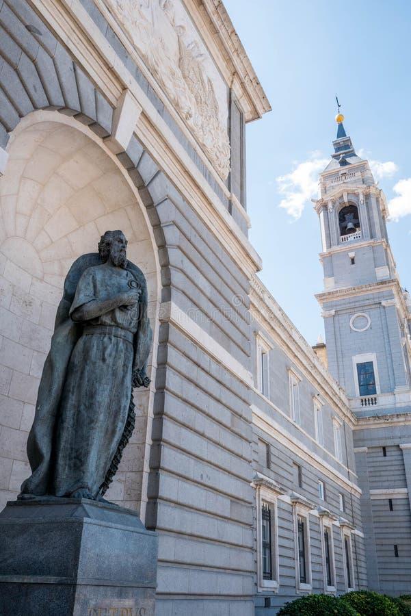Madrid Spanien - April 12, 2019: Sikt av berömda Almudena Cathedral i i stadens centrum Madrid, Spanien royaltyfria bilder