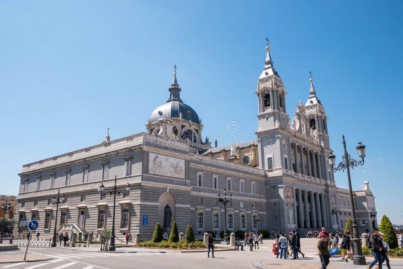 Madrid Spanien - April 12, 2019: Sikt av berömda Almudena Cathedral i i stadens centrum Madrid, Spanien royaltyfria foton