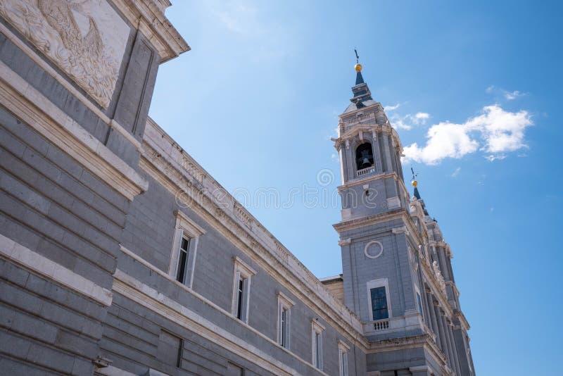 Madrid Spanien - April 12, 2019: Sikt av berömda Almudena Cathedral i i stadens centrum Madrid, Spanien arkivbilder